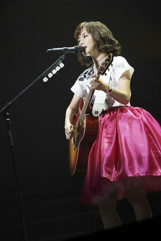 ギターを持って歌う大原櫻子