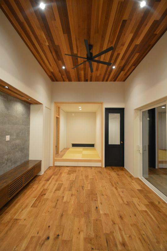 3 5mある室内高さ レッドシダーの天井にシーリングファンを設置 小
