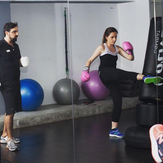 Paola Sáez de Montagut, de la revista Elle, lo da todo en su clase de boxeo... ¡Con outfit #LornaJane!
