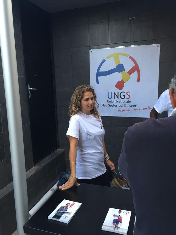 Manon PEYTAVIN, la responsable nationale du pôle communication à l'écoute du discours et des questions lors d'une présentation de l'Union Nationale des Gestes qui Sauvent
