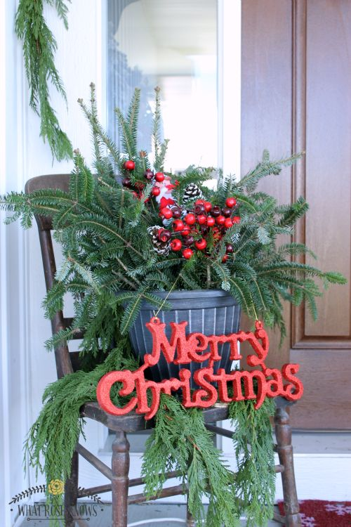 Beautiful Christmas front porch decor inspiration! Love the Christmas porch pots and natural evergreen rope garland!