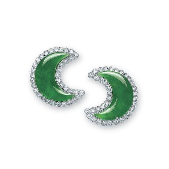 UN PAR DE JADEÍTA Y diamantes Pendientes de  cada conjunto con una placa jadeíta forma de media luna, dentro de una envolvente circular de diamante de corte, montado en oro,