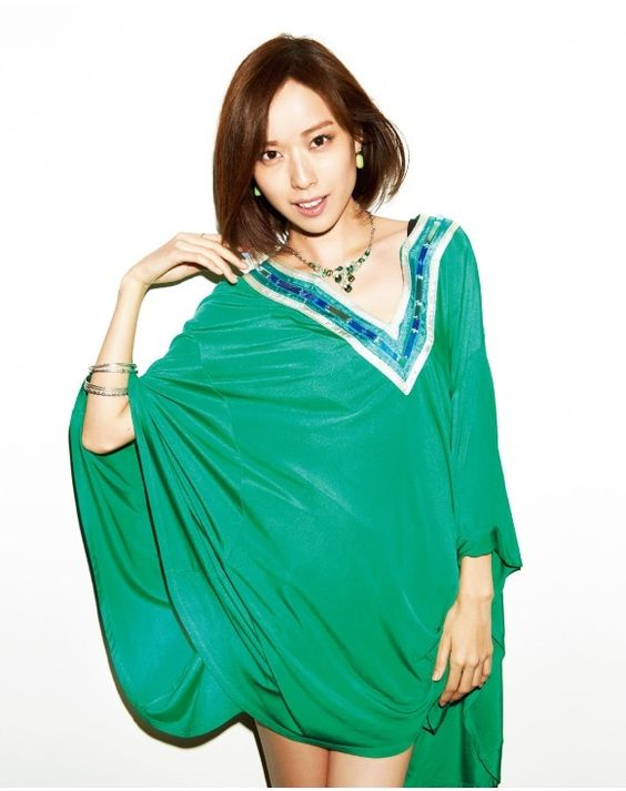 緑の大きいワンピースが似合う戸田恵梨香さん