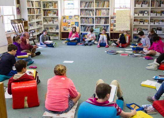 """La scuola dei bambini """"uno a uno""""-Nancie Atwell, americana, è la centro per l'insegnamento e l'apprendimento con una storia trentennale alle spalle, che accoglie un centinaio di bambini tra i 5 e i 12 anni. Siamo a a Edgecomb, nel Maine. E nel percorso della nostra insegnante speciale i libri giocano un ruolo decisivo: """"I miei ragazzi ne leggono almeno 40 l'anno. Li scelgono loro..."""