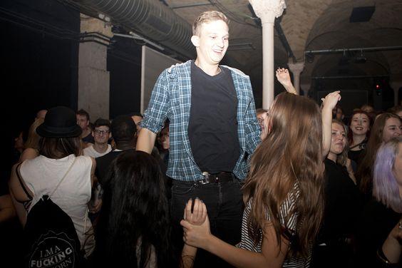 Freitag, 30.10., 01.30 Uhr – Kreuzberg, Gretchen: Sie tanzen ihm zu Füßen und er kann sein Glück selbst kaum fassen. © Franziska Taffelt