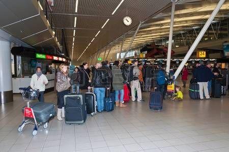 Schiphol, Holanda Septentrional, Países Bajos - 21 de enero de 2012 - Sala de embarque en el aeropuerto holandés de Schiphol, cerca de la ciudad de Amsterdam. Foto.