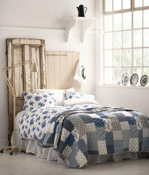 Två gamla dörrar med olika höjd och originalfärgen kvar blir en fin sänggavel. Sängen är bäddad med textil från H Home.
