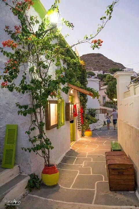 Узкие улочки города Плака, остров Милос, Греция