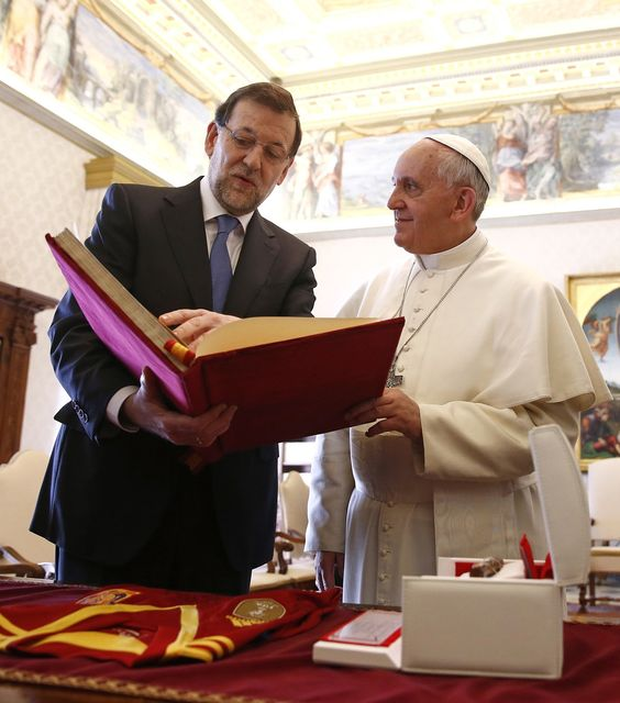 "A copy of our facsimile ""De Aetatibus Mundi Imagines"" when it was given to the pope as an institutional present in a visit of the Spanish president to the Vatican.  Una copia de nuestro facsímil ""De Aetatibus Mundi Imagines"" cuando fue regalado al Papa Francisco en una visita institucional del presidente español al Vaticano."