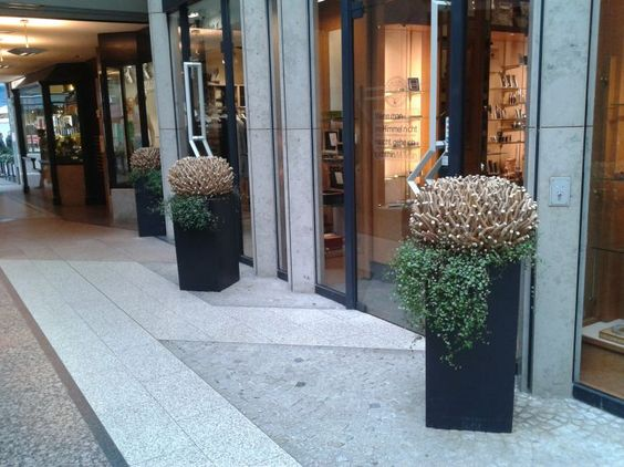 Pflanzkübel rechteckig in Anthrazit vorm Eingang mit toller Bepflanzung. Schöne Dekoidee. Weitere Pflanzkübel aus Fiberglas finden Sie unter https://www.vivanno.de/pflanzkuebel/materialien/fiberglas/