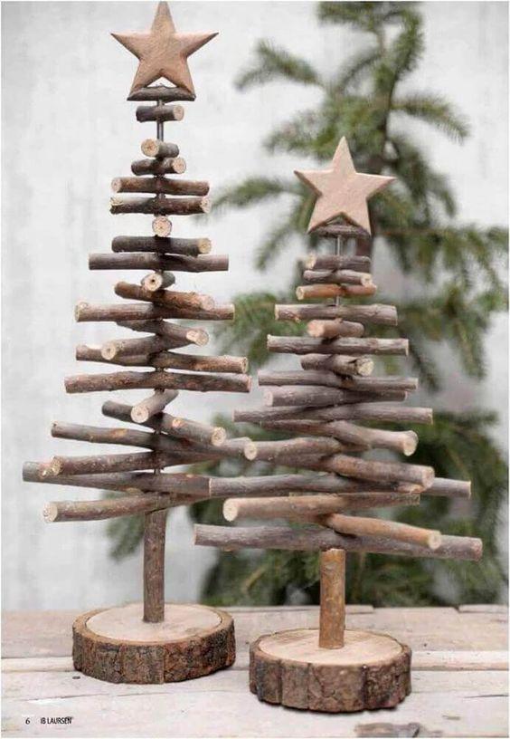 decoração de natal rústica com árvores de madeira #enfeitesdenatal #natal