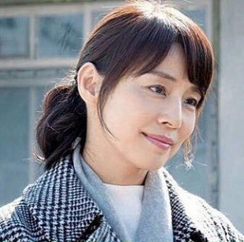 髪を結んだ石田ゆり子の画像