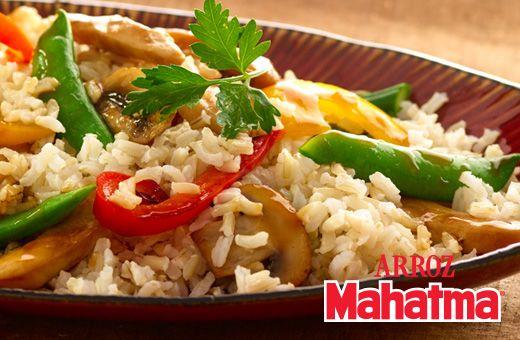 """Pimientos, guisantes, zanahoria, salsa de soya y nuestro delicioso Arroz Integral Mahatma® en este """"Pollo y arroz salteado con verduras"""""""