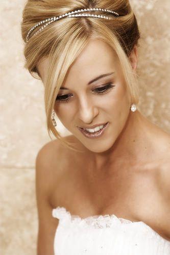 tiara de brilho da um charme ao penteado da noiva