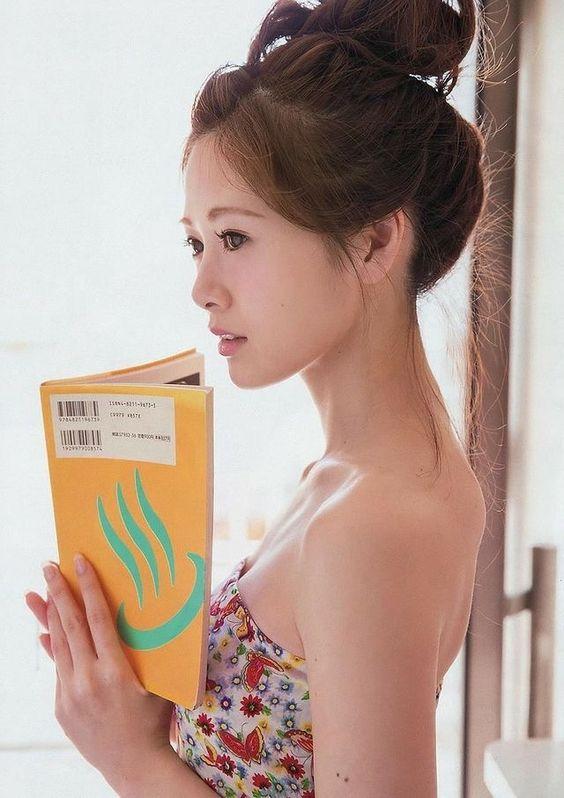 本を読む白石麻衣