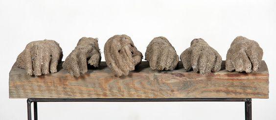 En sus composiciones, en las que aunó elementos procedentes de las corrientes estéticas en boga, recurrió a menudo a elementos escultoricos. Su originalidad radica en el traslado de sus conocimientos sobre tapicería a la escultura a partir de unos experimentos realizados en la década de los sesenta.