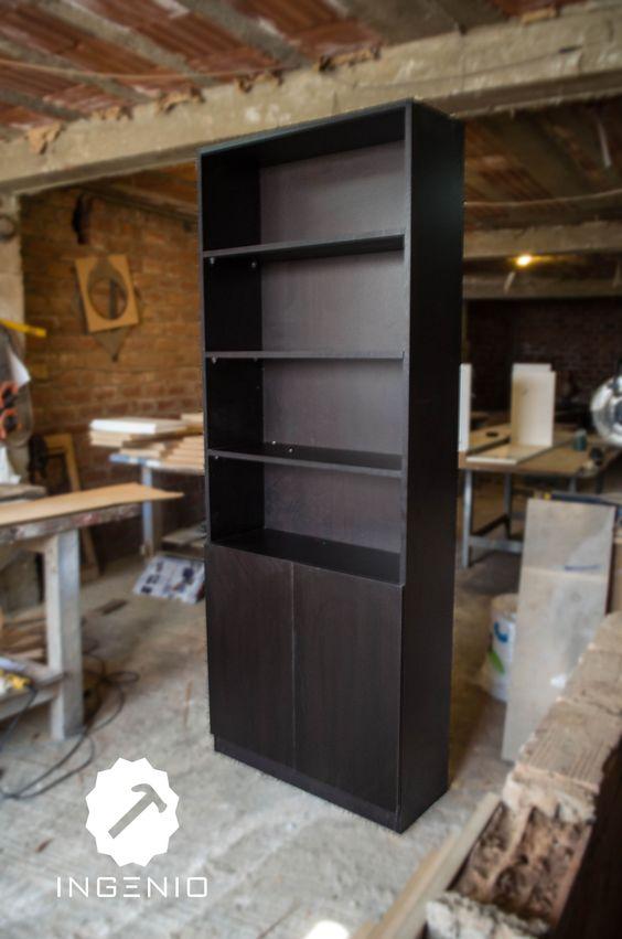 Mueble repisero con dos puertas inferiores en melamina for Mueble dos puertas