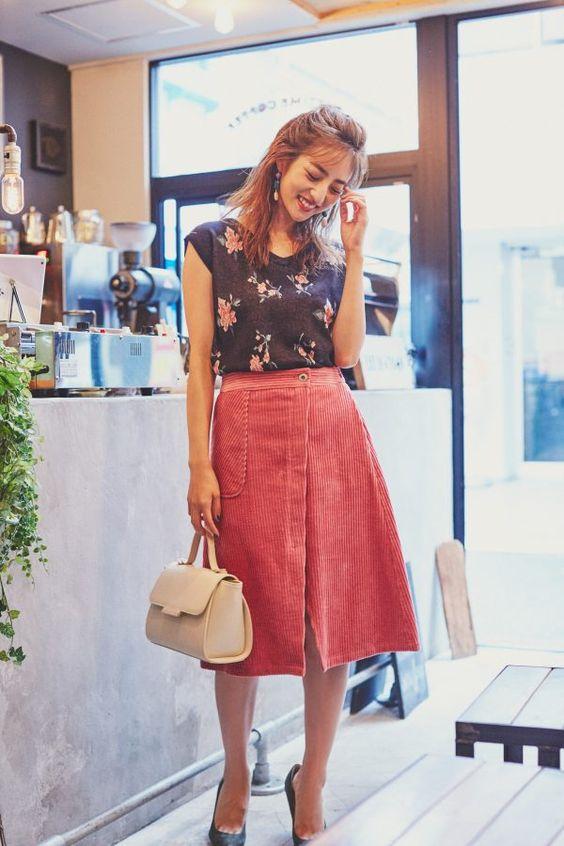 赤いスリットの入ったスカートをはいている堀田茜