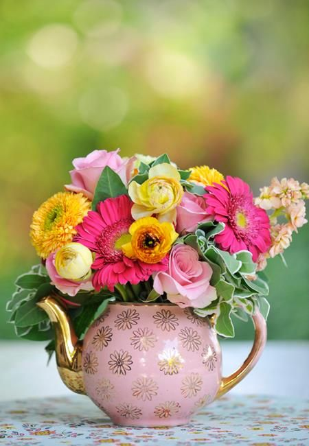 teapot flower arrangements | Perfect centerpiece for brunch!