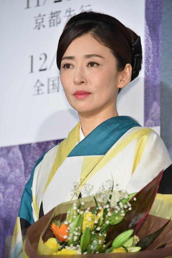 着物姿で花束を持っている松雪泰子