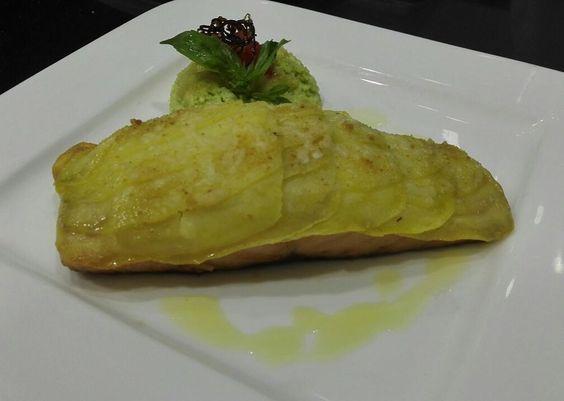 Salmone in crosta di patate con sformatino di asparagi #italianfood #italyan #roma #rimini #riminibeach #abudabi #salmon by chefsultan28