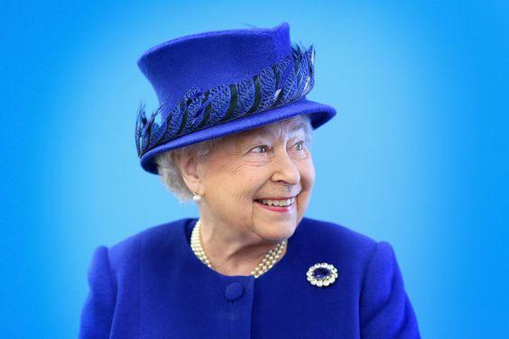 La plus monochrome     La reine Elizabeth II et son fils le prince héritier Charles ont visité ensemble ce mardi 8 mars un centre pour la jeunesse dans le quartier de Kensington à Londres à l'occassion du 40ème anniversaire de la fondation du prince.