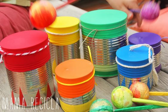 Con botes de cocina se crearía un instrumento musical como un tambor. Se utilizaría papel charol para tapar la parte a descubierto y poliespan para hacer las baquetas.