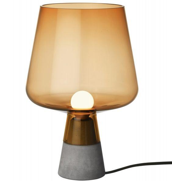 En bordslampa med munblåst glas som möter kontrast till den hårda ...