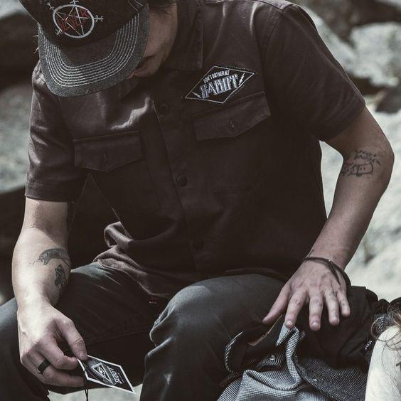 Camisa de sarja disponível nas cores marrom e marinho! #sabot