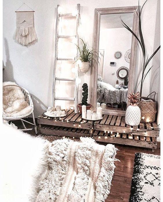 Inspiration de la chambre cosy parfaite: Le bois, les plaids, le tapis berbère, les nuances de lumière avec les guirlandes et les bougies, les tons de couleurs : blanc et noir. Une chambre chaleureuse.
