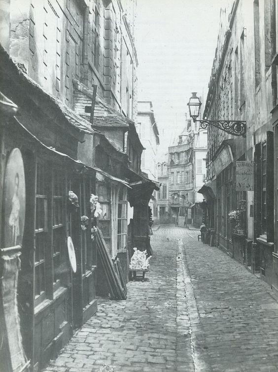 passage de la Petite-Boucherie - Paris 6ème - Le passage de la Petite-Boucherie en 1865, près du carrefour avec la rue de l'Abbaye. La rue très étroite possède encore son caniveau axial et les trottoirs sont inexistants. Une photo de Charles Marville.