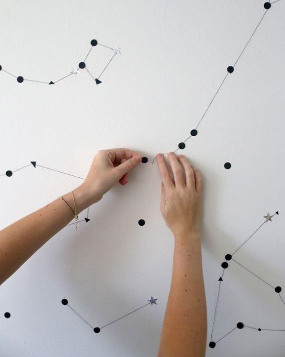 une constellation sur son mur comme sur le blog A subtle revelry