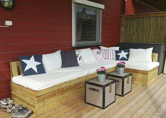 Sofa laget av paller og pallekarmer.