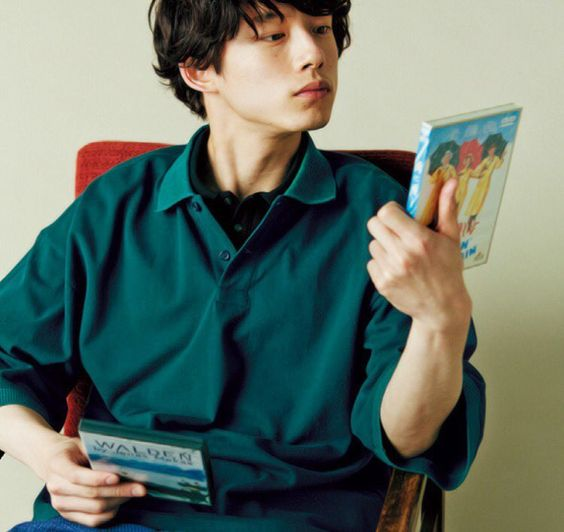 グリーンカラーのシャツでクールな坂口健太郎のファッション