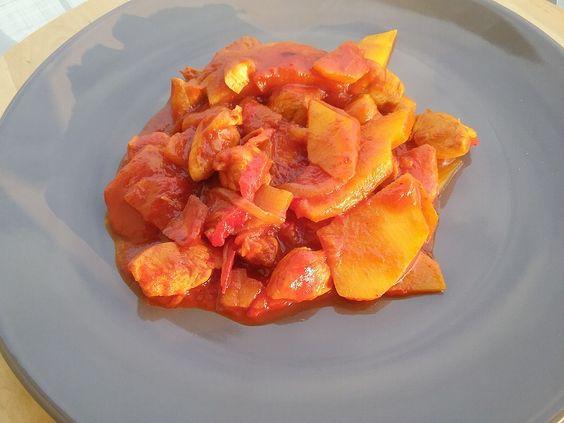 Un semplice pollo con peperoni e patate? No, un piatto speziato e profumato grazie ad un cucchiaino di spezie per paella (la famosa polverina rossa). Non è sempre facile trovare il preparato per la paella, per cui se andate in Spagna in vacanza, non dimenticate di comprarla.  Procedimento Tagliat