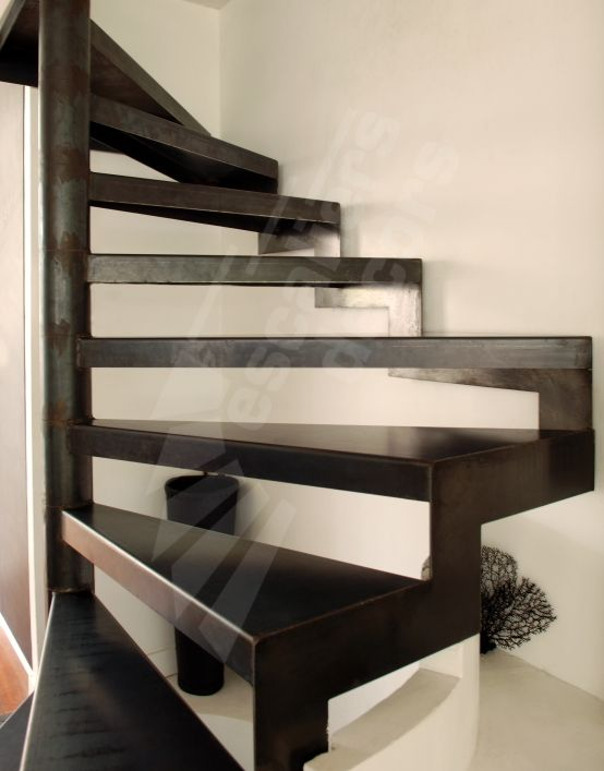 Photo dh57 spir 39 d co standing d 39 angle escalier d 39 int rieur h lico dal sur plan carr en for Comescalier helicoidal acier