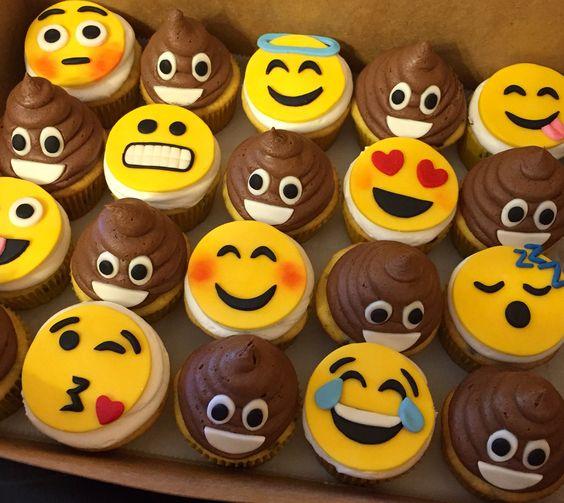 Emoji cupcakes #decoratedcupcakes #emoji #fondanttoppers