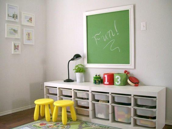 étagères pour salle de jeux d'enfant