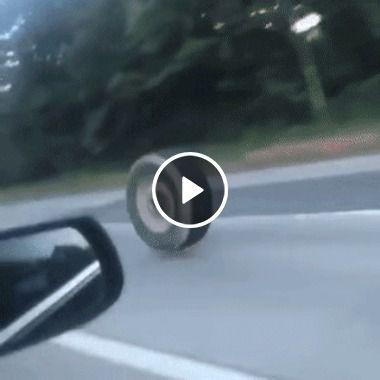 Roda de caminhão souta em estrada e provoca acidente.