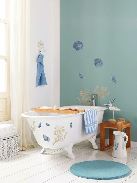 Als Deko maritime Bilder an die Wand und auf die Wanne malen oder kleben