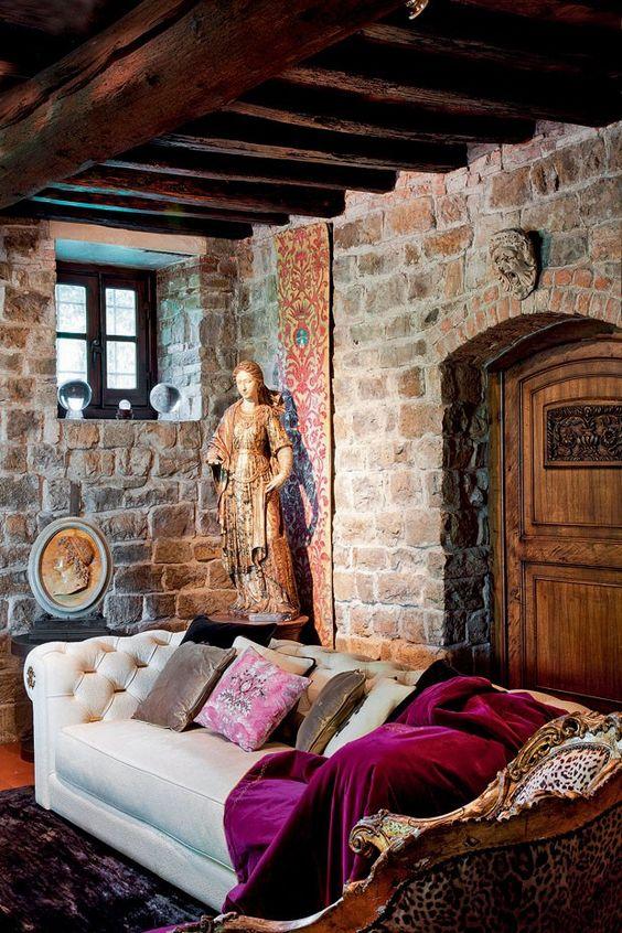 A casa de Roberto Cavalli em Florença. No canto do salão principal figuram itens da Roberto Cavalli Home – como o sofá Deva, de couro, e a manta Venezia, de veludo de seda –, e a escultura do séc. 14