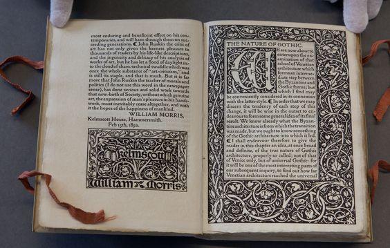 John Ruskin, 1819-1900.  O layout e as margens remetem para tradições do Arts and Crafts, de produção de manuscritos Medievais. A type é uma adaptação de uma fonte italiana do século XV.