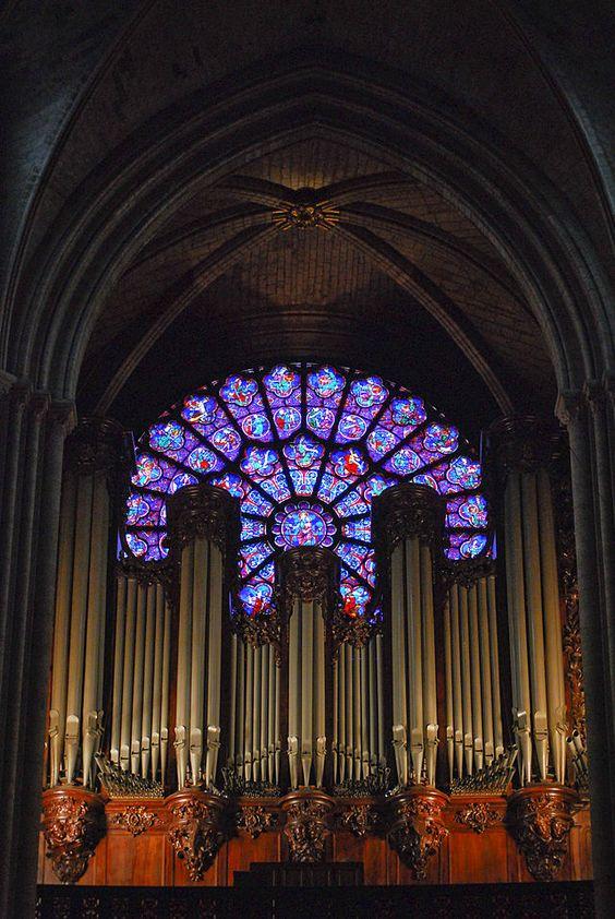 Interior de la Catedral de Notre Dame. Se puede observar los vitrales y el órgano principal de la catedral, obra de Aristide Cavaillé-Coll. París, Francia