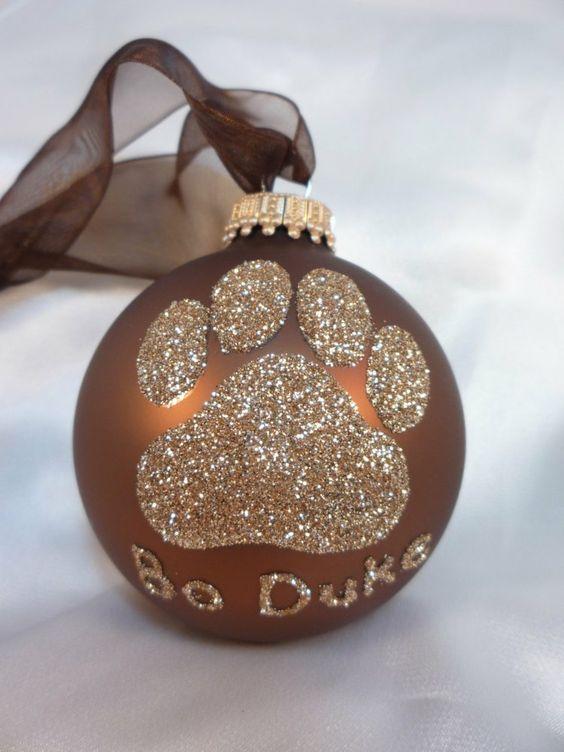 boule de sapin marron décorée d'une patte de chien pailletée