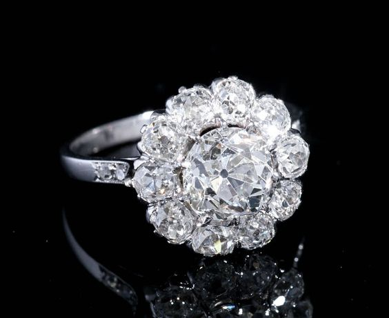 Bagues anciennes / Art déco / Bague ancienne en diamants de type « marguerite »