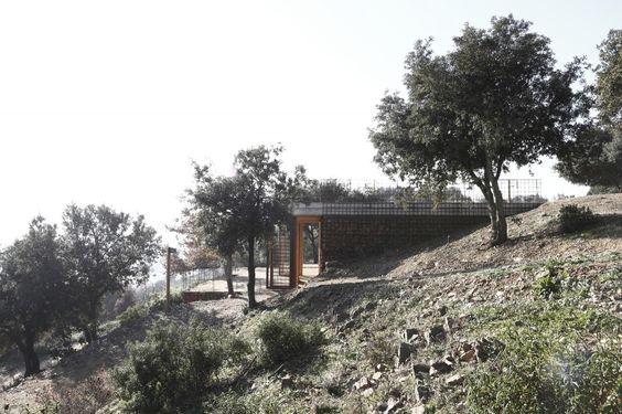 "Access Pavillion in ""Els Turons de Les Tres Creus"" / Toni Girones"
