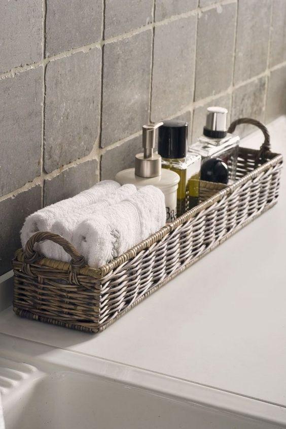 Cestas de mimbre para organizar el baño