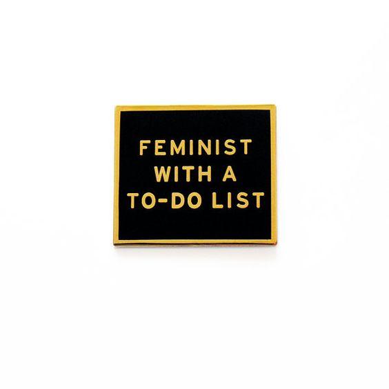FEMINISTIN MIT EINER TO-DO-LIST™ SOZIALE WARNUNGS-PIN Künstler gestaltet…