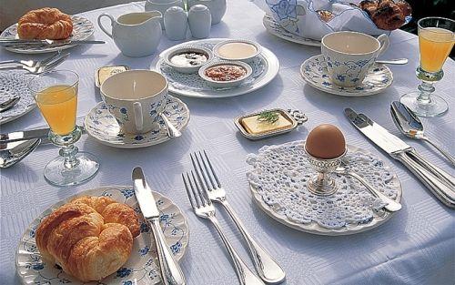 Mesa para café da manhã: o segredo aqui foi a louça linda e super delicada. Essa toalhinha no prato também deu um charme a mais na composição, bem como os recipientes das geleias, mel e manteiga.