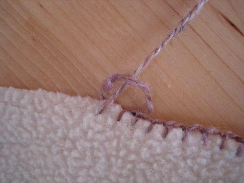 Pour border des couvertures , des plaids, des serviettes éponge ou même des rideaux... Là, je suis partie d'un carré de molletonné beige. On fait d'abord tout le tour avec un fil de laine ou de coton ( pour une serviette éponge ou un rideau ): On poursuit...